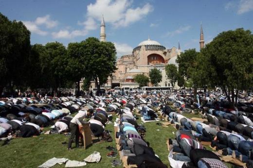 Προσευχή για να ξαναγίνει τζαμί η Αγία Σοφία!