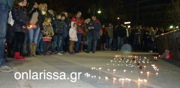 «Βουβή» διαμαρτυρία στην κεντρική πλατεία της Λάρισας για τους δύο φοιτητές (ΦΩΤΟ+VIDEO)