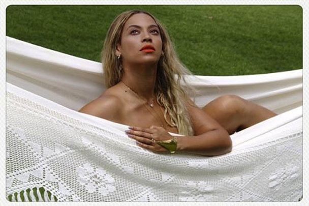 Beyonce: Γυμνή στην αιώρα!