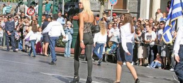 H δασκάλα «τσολιάς» που έκλεψε τις εντυπώσεις στην παρέλαση της Αθήνας!