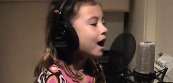7χρονη με αγγελική φωνή τραγουδάει για τη νεκρή μητέρα της