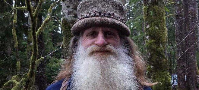 Η απίστευτη ιστορία του ανθρώπου που ζει εδώ και 25 χρόνια ξυπόλητος στη φύση (video)