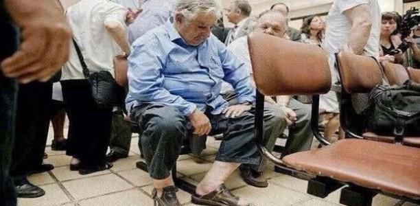 Ο πρόεδρος της Ουρουγουάης περιμένει στην ουρά ενός νοσοκομείου