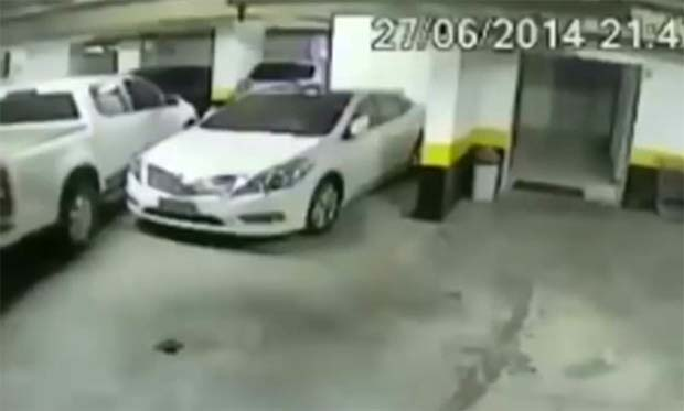 Εξαγριωμένος οδηγός «έλιωσε» διπλανό όχημα γιατί τον εμπόδιζε να παρκάρει (video)