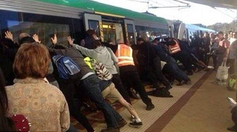 Απίστευτο βίντεο: Εσπρωξαν το τρένο για να σώσουν εγκλωβισμένο άντρα