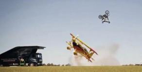 Άλμα με μηχανή πάνω από αεροπλάνο (video)