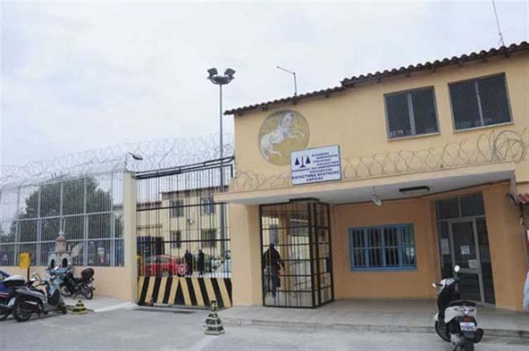 Πέταξαν κινητά από το σχολείο στις φυλακές και τους έπιασαν στο νεκροταφείο!