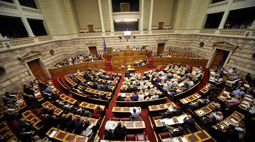 Ολονυχτία στην Βουλή - Ξημέρωσε για να μιλήσουν οι πολιτικοί αρχηγοί