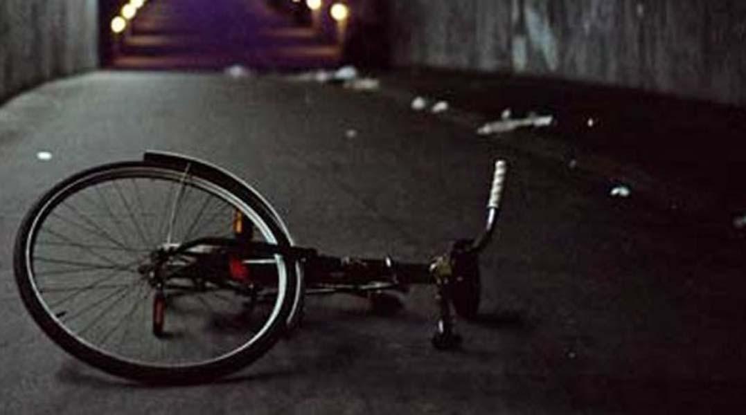 Ποδηλάτης παρασύρθηκε από δύο αυτοκίνητα