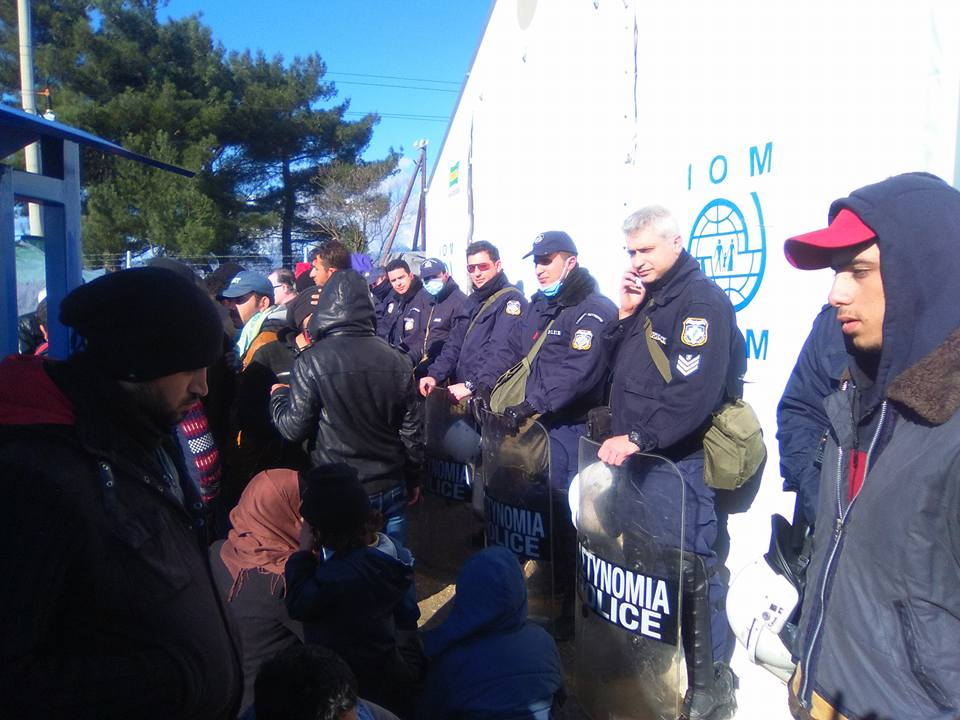 """Στην """"κόλαση"""" της Ειδομένης Λαρισαίοι αστυνομικοί: """"Η ανθρώπινη αξιοπρέπεια κυλιέται στις λάσπες και τα σκουπίδια"""" (φωτό)"""