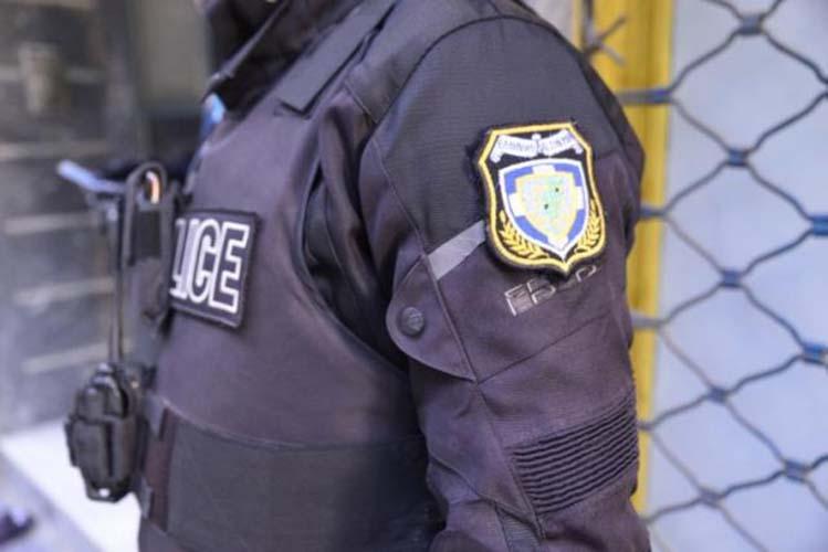 """Χειροπέδες σε Λαρισαίο αστυνομικό: """"Επιτέθηκε"""" μαζί με τον αδελφό του σε υπαλλήλους του ΙΚΑ"""
