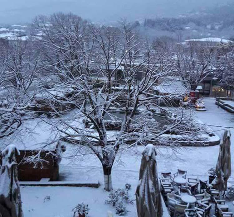 Χιονισμένη η Αγιά και τα χωριά της - Δείτε φωτογραφίες