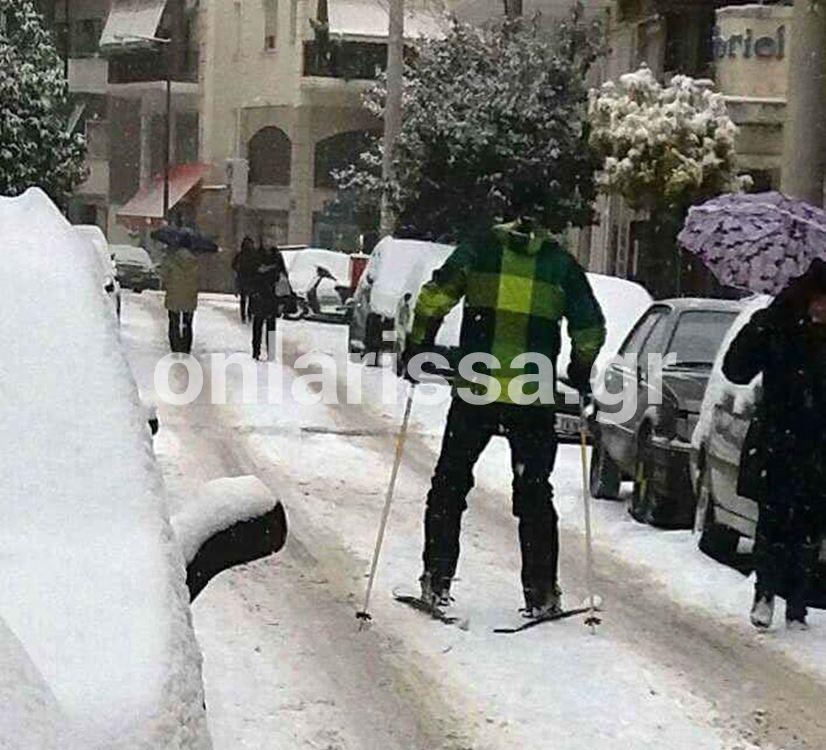 Απίστευτο βίντεο: Φόρεσε τα πέδιλα και βγήκε για σκι στο... κέντρο της Λάρισας!