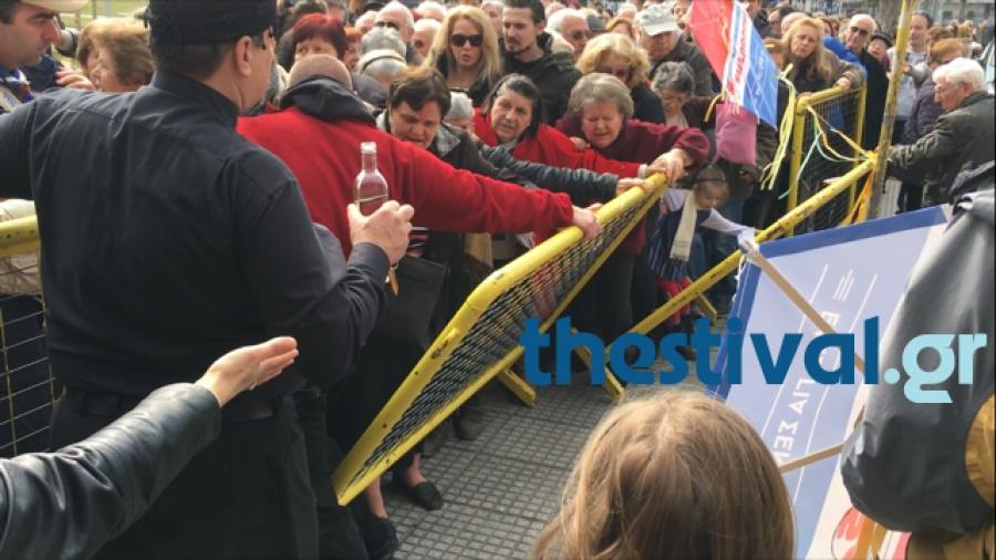 Φωτογραφίες: Χαμός για ένα πιάτο φασολάδα στην Τούμπα Θεσσαλονίκης