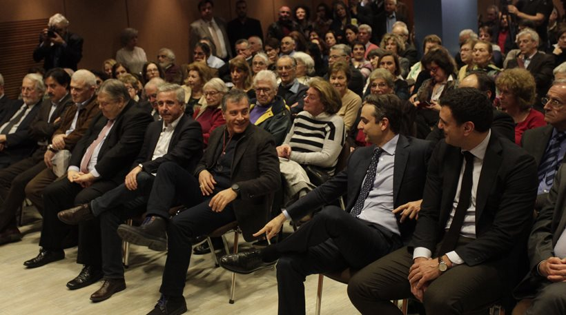 Ο Σταύρος Θεοδωράκης συνομιλεί με τον πρόεδρο της Νέας Δημοκρατίας Κυριάκο Μητσοτάκη, κατά την παρουσίαση του βιβλίου του Γιάννη Βλαστάρη