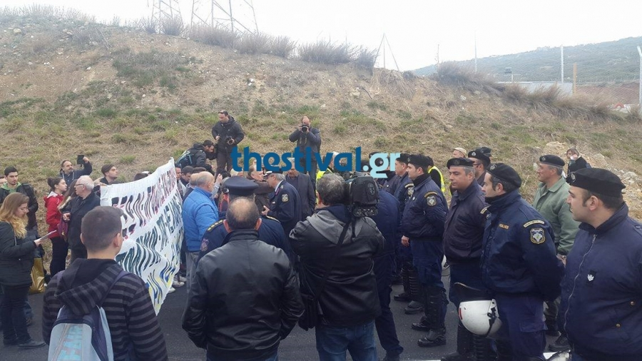 Θεσσαλονίκη: Ένταση στην Ευκαρπία για τα σκουπίδια - ΜΑΤ απέναντι σε διαδηλωτές
