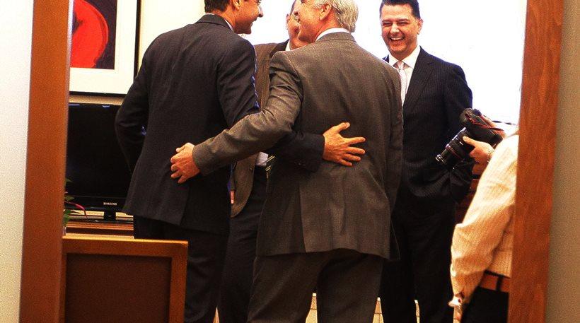 Με μια αγκαλιά προσπάθησαν να «σπάσουν τον πάγο» Μητσοτάκης και Μεϊμαράκης
