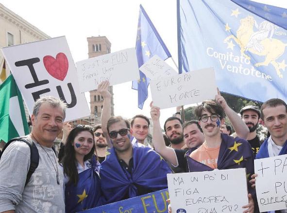Ο Σταύρος Θεοδωράκης διαδηλώνει υπέρ της Ευρώπης στη Ρώμη: «March for Europe. Κόντρα στους φασίστες»