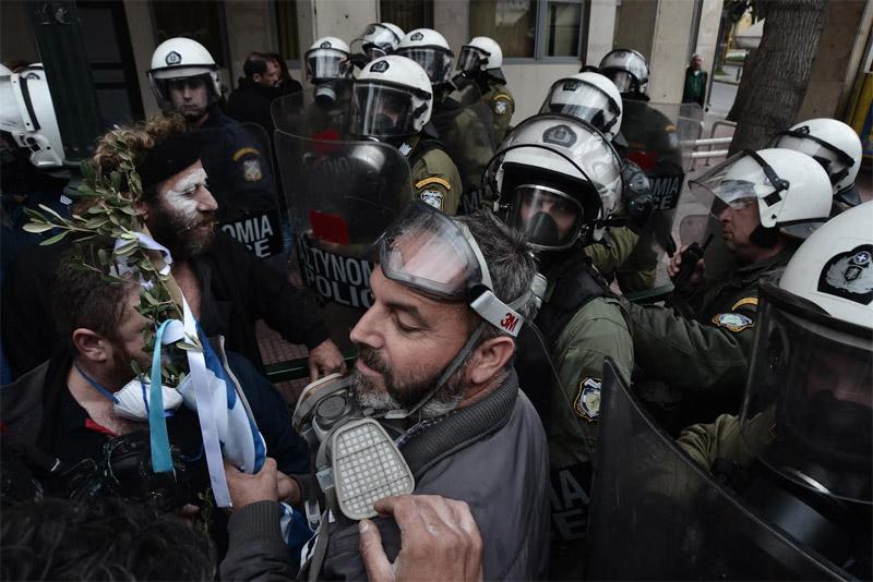 Στην πλατεία Βάθη οι αγρότες της Κρήτης μετά το «μπλόκο» των ΜΑΤ στα γραφεία του ΣΥΡΙΖΑ