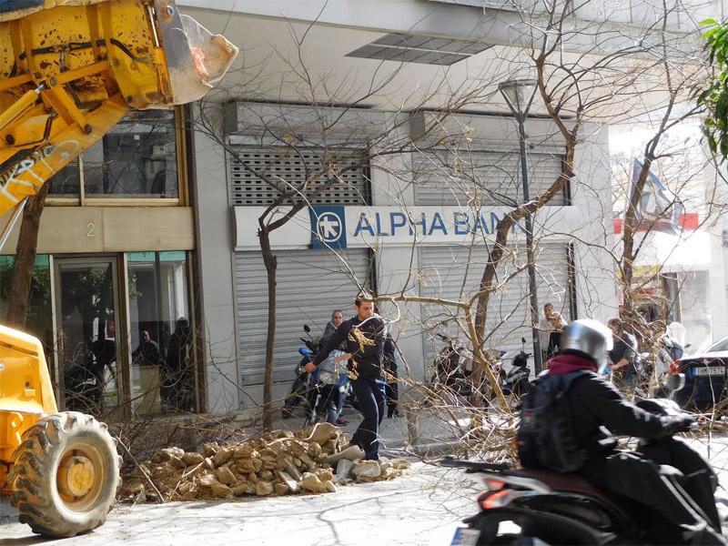 Φωτογραφίες: Με εκσκαφέα κλαδεύουντα δέντρα στην Αθήνα
