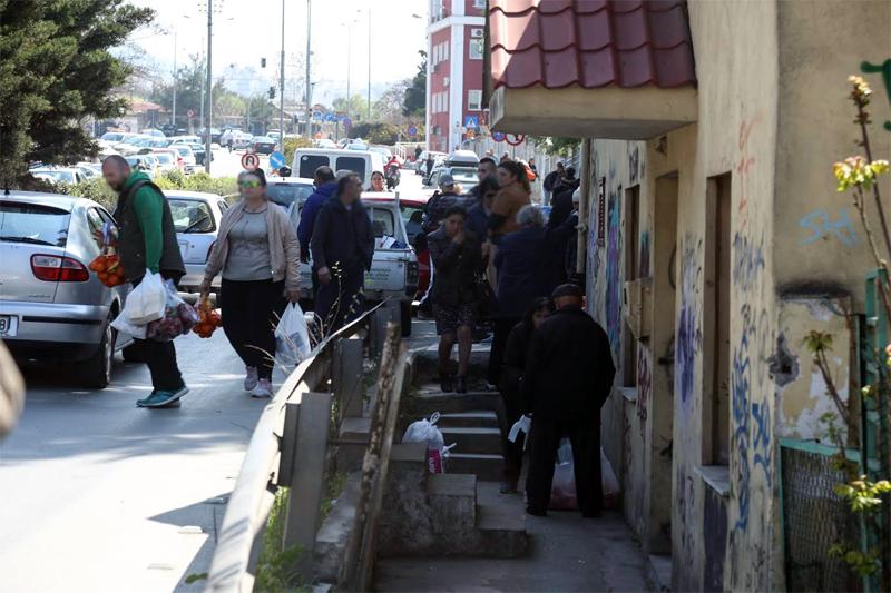 Φωτογραφίες: Τεράστιες ουρές στη Θεσσαλονίκη για λίγο τυρί και μερικά φρούτα