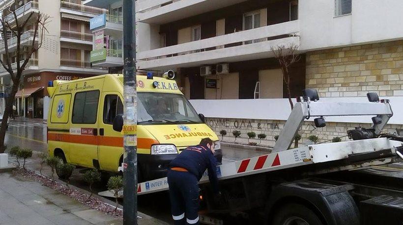 Γερανός «σηκώνει» το ασθενοφόρο που ακινητοποιήθηκε έξω από το σπίτι της 45χρονης