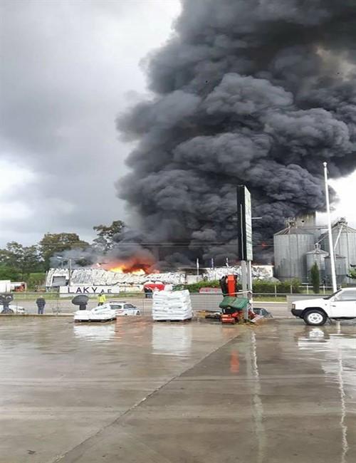 Φωτογραφίες: Μεγάλη πυρκαγιά σε εργοστάσιο ζωοτροφής στη Φιλιππιάδα