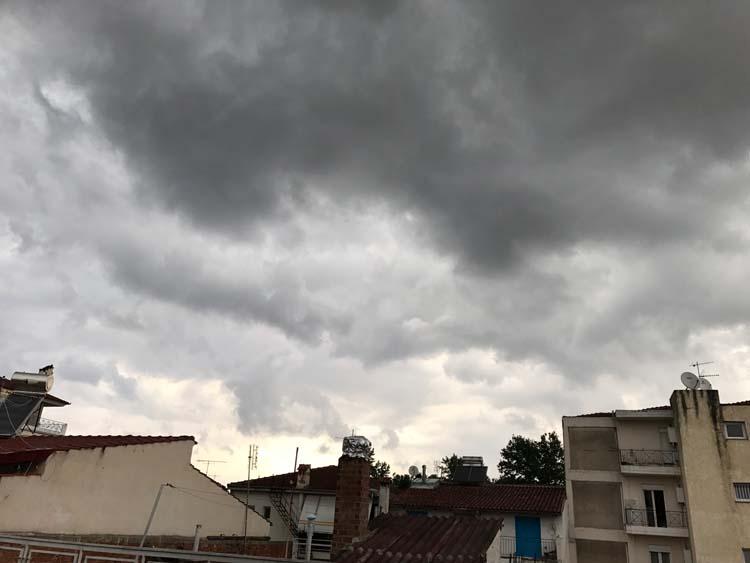 Ξεκίνησε να βρέχει στη Λάρισα - Δείτε την πρόγνωση του καιρού για τις επόμενες ώρες (φωτό)