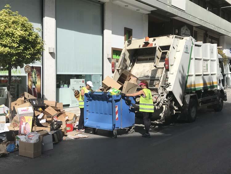 Συνεχίζουν την αποκομιδή τα 17 οχήματα – Προειδοποιεί με δραστική απάντηση ο δήμος σε ενδεχόμενη συνέχιση της απεργίας (φωτό)