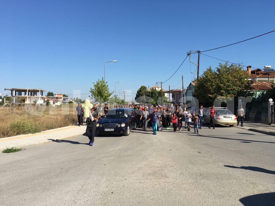 Θλίψη και οργή στην κηδεία του μικρού Νίκου στα Φάρσαλα – Δείτε φωτογραφίες