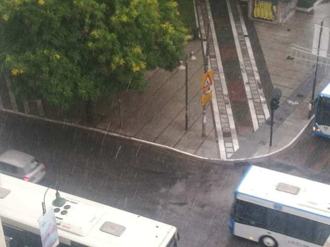 Ρίχνει χαλάζι μέσα στη Λάρισα(φωτο / βίντεο)