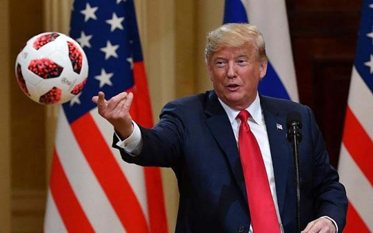 Νέα θεωρία συνωμοσίας: Η μπάλα που δώρισε ο Πούτιν στον Τραμπ είχε κοριό
