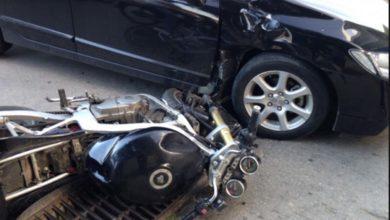 Σύγκρουση αυτοκινήτου με μηχανάκι στο κέντρο της Λάρισας – Στο νοσοκομείο ο δικυκλιστής