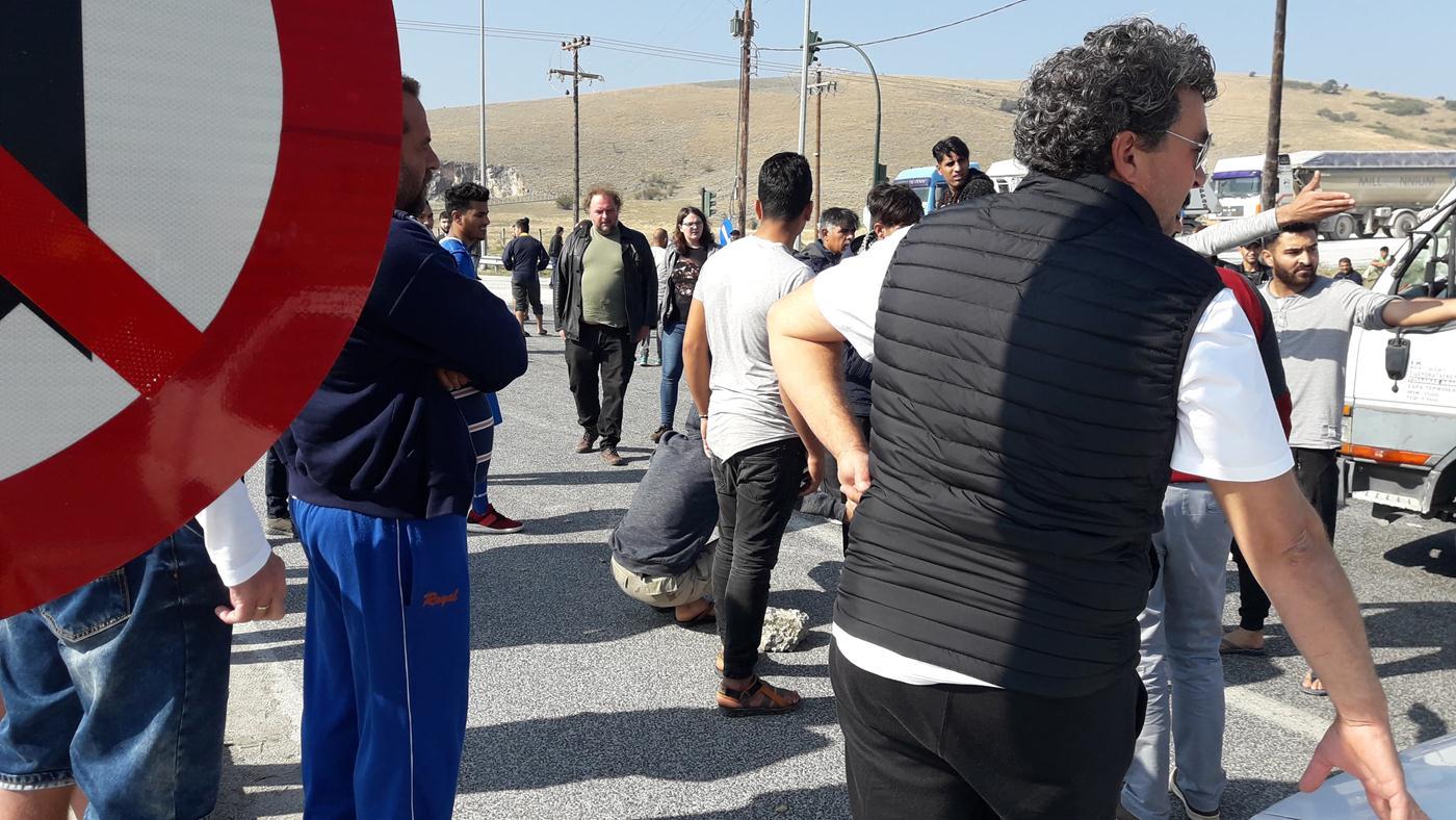 Ένταση και ουρές στο δρόμο Λάρισας - Τρικάλων: Πρόσφυγες απέκλεισαν το δρόμο, πέταξαν πέτρες σε διερχόμενο όχημα (φωτό)