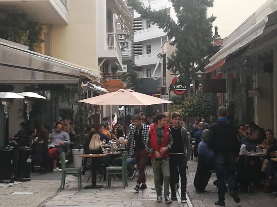 Γεμάτα τα café στη Λάρισα μετά την παρέλαση (φωτο)