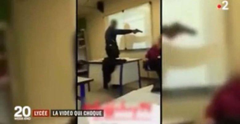 Μαθητής απείλησε με ψεύτικο όπλο καθηγήτρια για να μην του βάλει... απουσία