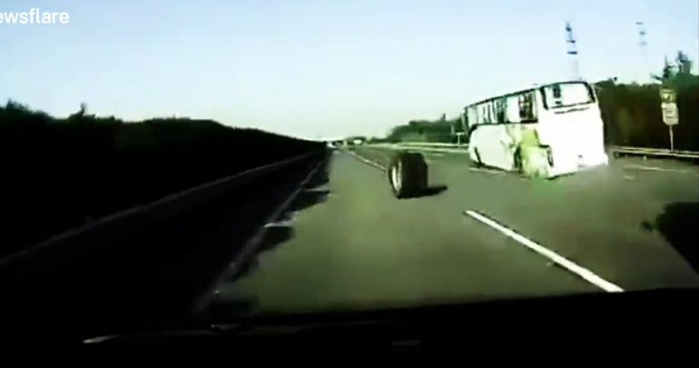 Έφυγε ο τροχός του λεωφορείου στη μέση του αυτοκινητόδρομου!