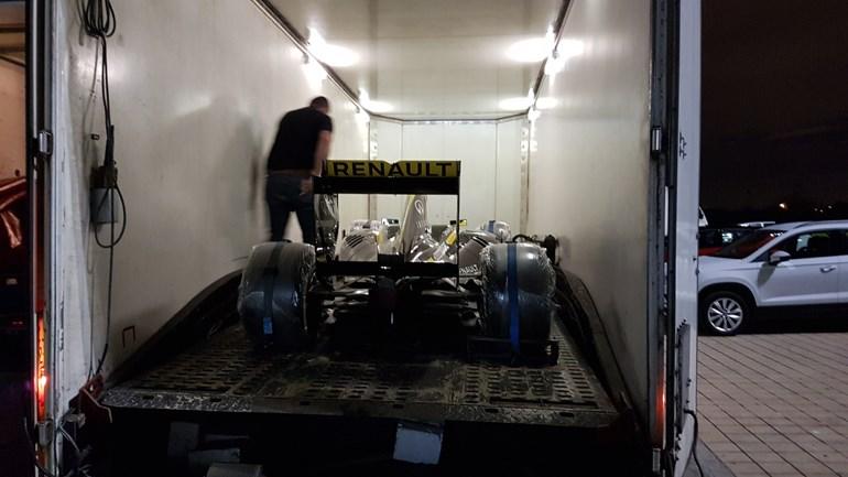 Το μονοθέσιο της Renault F1 λίγο πριν βγει από την κλειστή νταλίκα
