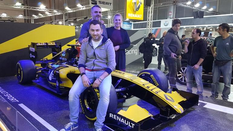 Αναμνηστική φωτογραφία με το μονοθέσιο της Renault και μαζί με τους, Μαρία Παπαδάκη (διευθύντρια marketing της Renault) και Χρήστο Σκιρδή (διευθυντή δημοσίων σχέσεων της Renault)