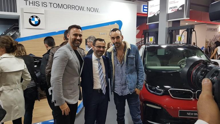 Ο Πάνος Μουζουράκης (δεξιά) με τον Γιώργο Καπουτζίδη και τον δευθυντή τω ηλεκτρικών μοντέλων BMW i, Αντώνη Αδάναλη