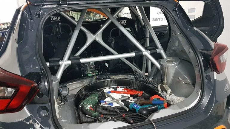 Το roll cage έχει τοποθετηθεί όπως και τα περισσότερα αξεσουάρ...