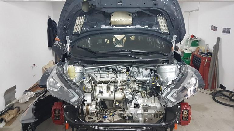 Ο κινητήρας που φορά το συγκεκριμένο αγωνιστικό είναι από Mitsubishi Evolution. Μην ξεχνάτε πως οι δύο εταιρείες (Nissan - Mitsubishi αλλά και Renault) βρίσκονται κάτω από την ίδια 'ομπρέλα'...
