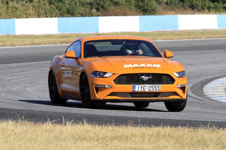 Η Ford Mustang 2.3 λίτρων αποδίδ ι290 ίππους, επιταχύνει στα 100 σε 5.5 δευτ. και έχει τελική 233χλμ./ώρα