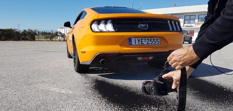 Αυτό το... μαύρο πίσω από την Ford Mustang είναι λάστιχο!