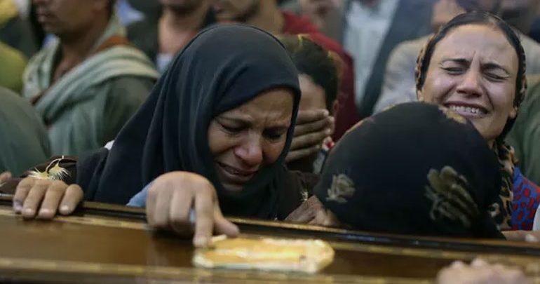Αίγυπτος: Οι χριστιανοί θάβουν τα θύματα της τελευταίας επίθεσης εναντίον τους
