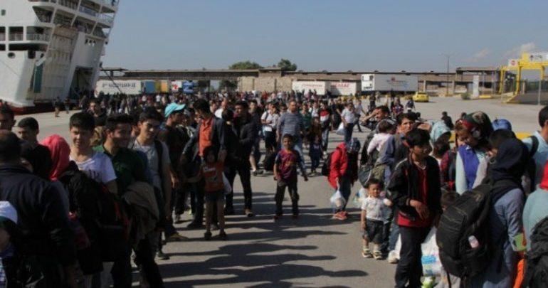 Στο λιμάνι του Πειραιά έφθασαν από τη Μυτιλήνη 79 πρόσφυγες