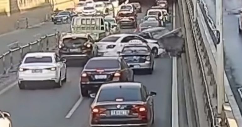 Οδηγός προκαλεί τον πανικό σε κεντρική λεωφόρο
