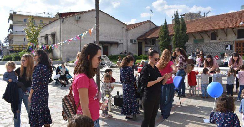 Λαρισαίες μητέρες θήλασαν δημόσια το πρωί της Κυριακής (φωτο)