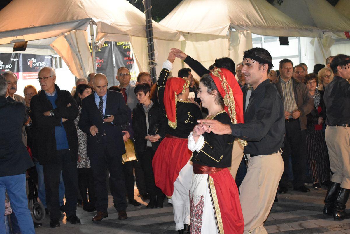 Κρητικό γλέντι στήθηκε στην πλατεία Ταχυδρομείου στη Λάρισα – Χοροί, μαντινάδες και πλήθος Λαρισαίων (φωτο – βίντεο)