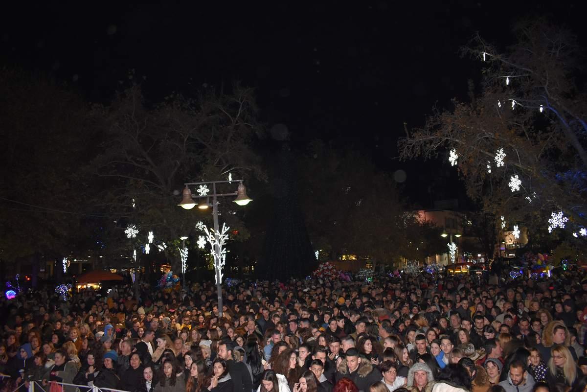 Φωταγωγήθηκε το Χριστουγεννιάτικο Δέντρο στη Λάρισα με μεγάλο πάρτι στην Κεντρική πλατεία και την Μελίνα Ασλανίδου σε μεγάλα κέφια (φωτο-βίντεο)